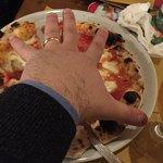 Avrò la mano enorme... o la pizza non era tanto grande? :-)