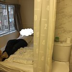 впереди до двери буквально 0,5 метра. Унитаз напротив двери.Слева душ размером с туалет.