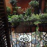 Vista desde el balcón de la habitación, a un bonito patio