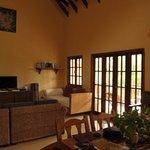 Wohnzimmerlounge mit Fernseh- und Multimediabereich
