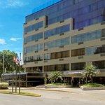 Roosevelt Hotel & Suites ubicado en Álvarez Calderón 194, a un lado del Parque Roosevelt.