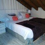 Dormitorio abuhardillado con todo tipo de detalle y mimo.