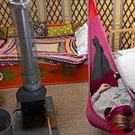 Yourte Sobaka, avec 3 lits, dont un lit 2 places, un hamac et un poêle !
