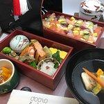 Tokusei Chirashi bento: comprende Chawanmushi, Sumashi jiru, Dorayaki fatto in casa. 特製ちらし弁当。茶碗蒸