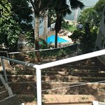Vista da escada do estacionamento até os quartos mais próximos da praia