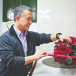 Xavi Benet elaborando chocolate