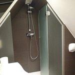Douche sous le toit et en mezzanine