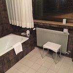 Badezimmer mit Wanne und Zimmer mit Doppelbett