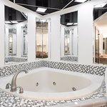 King Suite Jacuzzi Tub