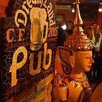 A decoração foi importada da Ilha de Bali. Há objetos artísticos até nas portas dos banheiros