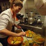 Souad en pleine préparation du bon couscous