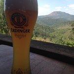 Cerveja, cachaça e torresmo com bela vista