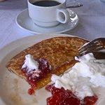 Jälkkäri kahvia ja ihana lettu mansikkahillon ja kermavaahdon kera.