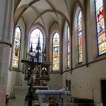 教会内部、主祭壇とステンドグラス。