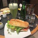 Jugo de melón y sándwich de jamón de pavo y queso con tomate y lechuga.