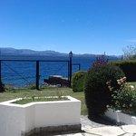 Jardin trasero con vista al lago