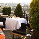 Un moment de détente sur l'une de nos terrasses avec vue sur Paris et la Tour Eiffel
