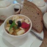 Salade de fruits frais et pain bio