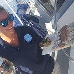 Crewmember Karen met de hapjes en drankjes