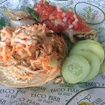 Burrito de mantarraya y taco de camarón