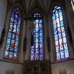 主祭壇とステンドグラス