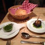 Ameuse-Gueule: italienisches Weißbrot mit hausgemachtem Basilikum-Pesto sowie gebrateber Aubergi