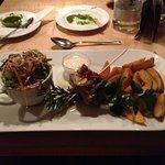 """5. Gang:""""Paillard"""" vom Rinderrücken, gebackene Kartoffelspalten und Salat mit Orangen-Joghurt-So"""