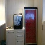 кофе-машина и холодильник с завтаками