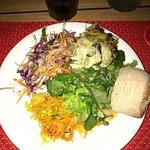 gratin, salade varié, achard de légumes, pain.