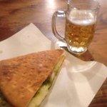 focaccina con salsiccia, patate e pesto e mozzarella + birra della casa