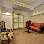 Cobb & Co Court Boutique Hotel - Deluxe Queen Room Lounge
