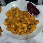 gnocchi di patate con radicchio un po di piccante e un ottimo sughetto