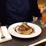Tarte fine aux pommes et foie gras poêlé, réduction de balsamic