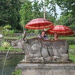 Agus aveva sempre ombrelli, sarong e tutto quello che ci occorreva per le visite
