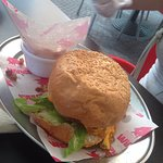 Hamburguesa (queso cheddar, tocineta, cebollas caramelizadas)