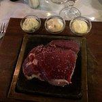 Pièce de bœuf grillée sur une pierre