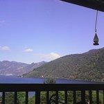 El restaurante tiene una hermosa vista hacia el lago y los colibris juegan