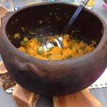 Giraumon cuit avec la peau dans un récipient traditionnel