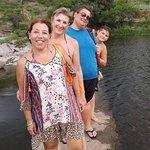 Estamos en el paso sobre el río, volviendo de la playa del otro lado del camping