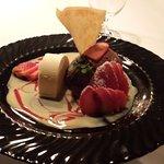 Mousse au chocolat mit Ingwereis und frischen Erdbeeren