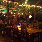 Bar mit Weihnachtsbeleuchtung