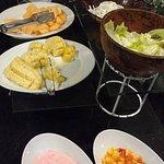 Vemos aqui o buffet de cafe da manhã com iogurte, frutas e salada de frutas fora da refrigeração
