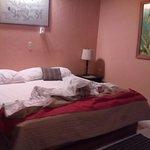 Habitacion amplia con cama king size y baño amplio