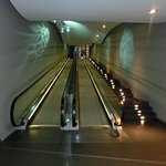 Das lang Laufband vom Eingang zur Rezeption - fast wie die neue lange Rolltreppe zur Elbphilharm