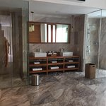 master bedroom ensuite toilet/bath/jacuzzi