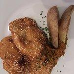 pollo rebozado en sésamo con pesto rojo de cacahuete
