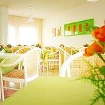 Ricca di luce e di toni pastello la Sala ospita un ricco  buffet con pasticceria della casa