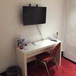 Schreibtisch mit Fernseher