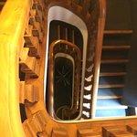 Vues des couloirs et escaliers.