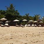 el parador del hotel sobre la playa, con sombrillas a disposicion de huespedes y toallas para pl